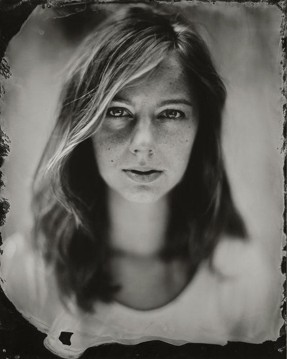 'Carlin' 18x24 cm Tintype portret buiten met daglicht gemaakt met het wetplate collodium procedé