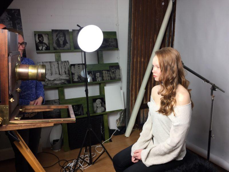 Yente poseert voor een wetplate camera