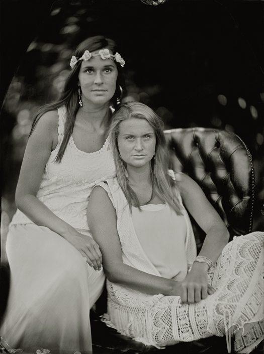 Danielle en Joyce 18x24 cm Tintype in de tuin met daglicht gemaakt met het wetplate collodium procedé