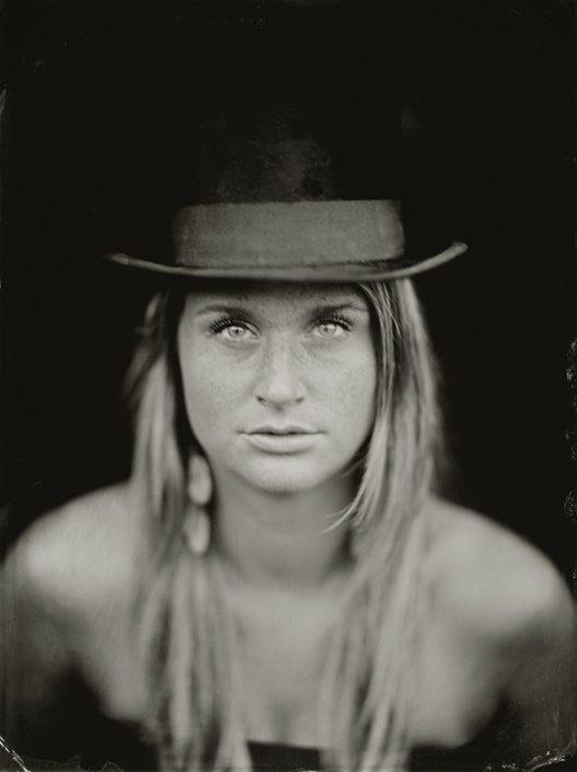 'Joyce' 18x24 cm Tintype portret in de tuin met daglicht gemaakt met het wetplate collodium procedé