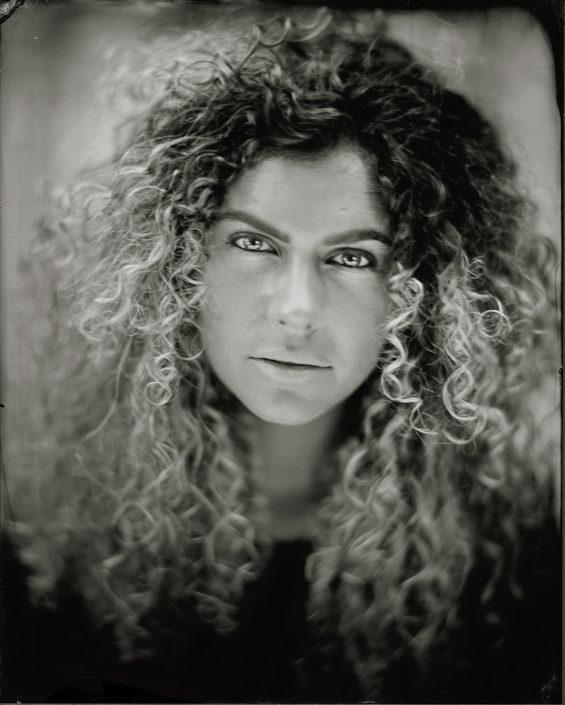 'Manissa' 18x24 cm Tintype portret buiten met daglicht gemaakt met het wetplate collodium procedé